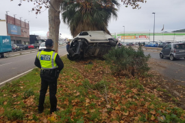 Una furgoneta acaba incrustada en una palmera en una aparatoso accidente en Ibiza