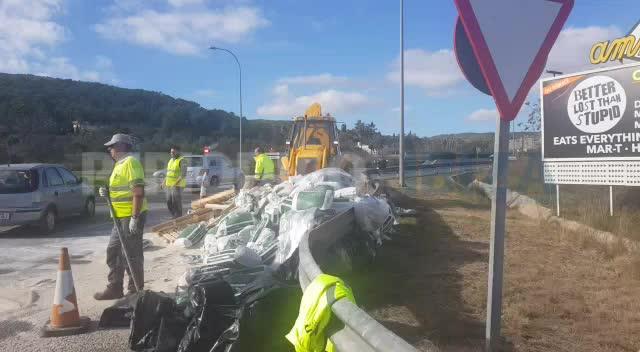 Colapso en la carretera de Sant Antoni por la pérdida de la carga de un camión en Can Negre