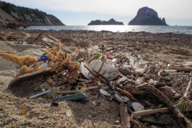 Sant Josep impulsa acciones especiales de limpieza en las playas tras el último temporal
