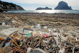Sant Josep impulsa acciones especiales de limpieza en las playas tras el temporal