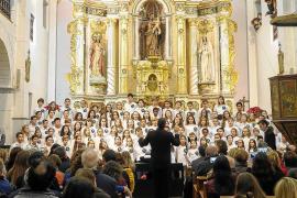 Más de 100 niños reciben a la Navidad cantando en Sant Josep