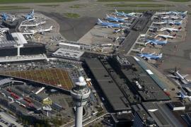 La Policía holandesa dispara contra un hombre con un cuchillo en el aeropuerto de Ámsterdam