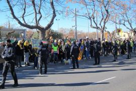 Cerca de 150 personas se manifiestan frente el mitin de Rajoy en Salou con lazos amarillos y esteladas