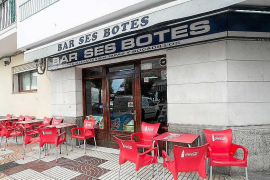 El bar Ses Botes sirve sus últimas cañas