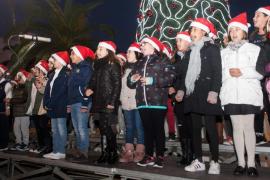 Los estudiantes del CEIP Santa Eulària cantaron ayer seis villancicos contra el mal tiempo