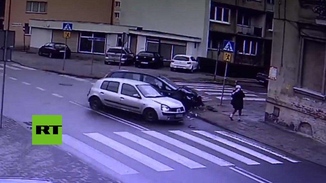 Una mujer sale ilesa tras casi ser atropellada por dos coches