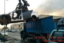 Sant Antoni retira más de una decena de vehículos abandonados del polígono Montecristo