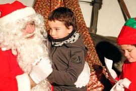Las Dalias recibe un año más la visita de Papá Noel en su ya tradicional mercadillo