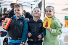 Taller infantil de postales navideñas en la Plaza del Parque de Vila