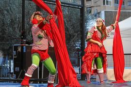 Danza aérea para llenar de colores navideños el corazón de Vila