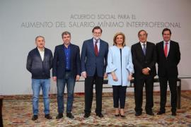 Rajoy firma con sindicatos y patronal el acuerdo para la subida del salario mínimo