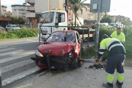 Un coche se empotra contra un semáforo en la avenida de la Pau