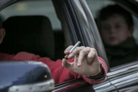 Baleares prohibirá fumar en el interior de los vehículos en los que viajen menores