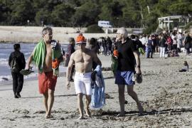 Multitudinario chapuzón en la playa de ses Salines para recibir 2018