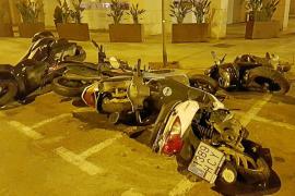 Un detenido por tirar 13 motos aparcadas en el centro de Vila