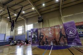 La compañía Acrobati-k enseña la magia del circo en Es Viver