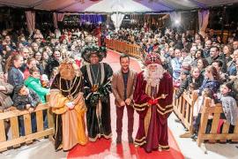 Los Reyes Magos aclamados como futbolistas en la ciudad de Ibiza