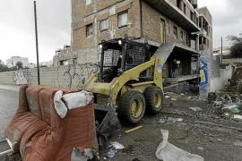 Retiran toneladas de basura y escombros del edificio okupa del barrio de es Viver