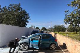 Un coche se incendia tras sufrir un accidente en Can Tomàs