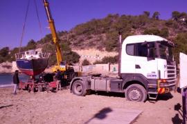 'Rescatan' un velero varado en la playa de Cala Vedella