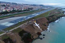 Los pasajeros de un Boeing 737 escapan ilesos de un espectacular derrapaje en un acantilado del Mar Negro