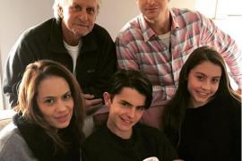 Michael Douglas posa con sus hijos y su nieta en una tierna foto familiar