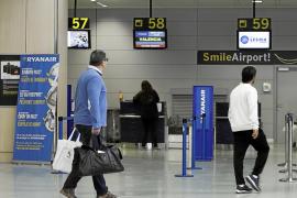 Un vuelo de Ryanair llega tarde a Ibiza el primer día que aplica su nueva política de equipaje