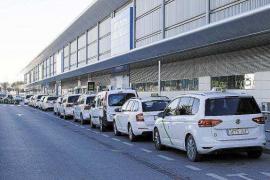 Sant Josep valorará si las colas «puntuales» para coger un taxi en el aeropuerto se deben convertir en licencias