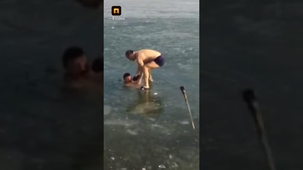 Un hombre se zambulle en un lago helado y casi le cuesta la vida