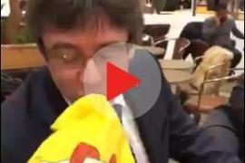 """Puigdemont accede a besar una bandera española porque no tiene """"ningún problema"""" con España"""