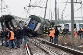 Dos muertos y 100 heridos tras descarrilar un tren de pasajeros en la provincia de Milán