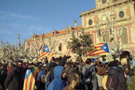 Manifestantes por la investidura de Puigdemont han forzado las puertas para acceder al Parlament