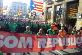 Más de un millar de independentistas se manifiestan a favor de la investidura de Puigdemont