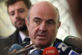 Guindos cree que España podría crecer un 3% este año y que necesita dos años más para salir de la crisis