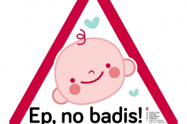 El Govern edita 25.000 pegatinas en catalán para advertir a los conductores que viajan niños