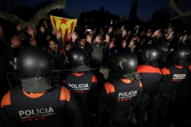 Interior aplicará la 'ley mordaza' a los independentistas que rompieron el cordón policial del Parlament