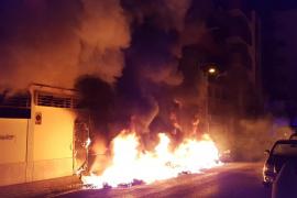 El incendio de unos contenedores obliga a desalojar dos edificios en Ibiza