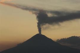 El volcán Popocatépetl escupe una nueva columna de cenizas de dos kilómetros de altura
