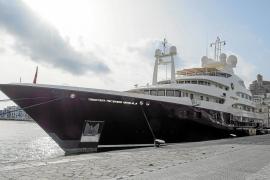'Sarafsa', un megayate atracado en el puerto de Vila en pleno invierno