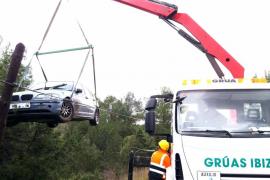 Aparatoso accidente y rescate de un turismo en la carretera de Cala Bassa