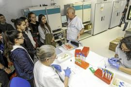 Alumnos del IES Sa Blanca Dona se adentran en el mundo de la Microbiología