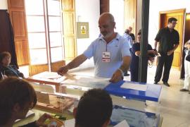 Miquel Cifre (PSOE) Santa Margalida, votando.