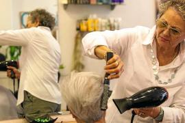 Mary deja las tijeras tras 55 años de oficio