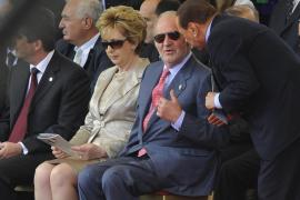 Berlusconi se salta el protocolo con Don Juan Carlos