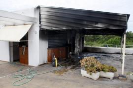 Los bomberos sofocan el incendio de un bar en Port d'es Torrent
