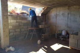 Los vecinos del edificio okupa de es Viver se muestran satisfechos por el tapiado de los accesos