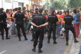 La policía corta el paso a los 'indignados', pero éstos logran alzar su voz ante el Parlament