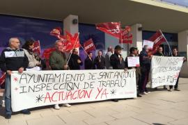Los trabajadores de la limpieza de Sant Antoni protestan frente al Ayuntamiento por sus condiciones laborales