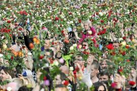 Más de 150.000 personas tributan un homenaje a las víctimas con flores en Oslo