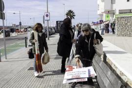 Los trabajadores de la limpieza de Sant Antoni se concentran frente al Ayuntamiento (Fotos: Daniel Espinosa).